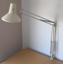 Vintage Luxo-lampe i lys grå, L-1P, original arkitektlampe med bordklemme, pent brukt