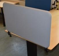 Bordskillevegg i grått med skrufester, 80x46cm, pent brukt