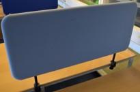 Bordskillevegg trukket i lyseblått stoff, komplett med skrufester, 100x45cm, pent brukt