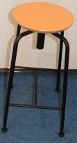 Barkrakk fra Edsbyn i sort, med rundt sete i bøk, 72cm sittehøyde, pent brukt
