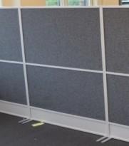 Zilenzio akustisk skillevegg, hvit ramme / grått stofftrekk, 120cm b, 135cm h, pent brukt