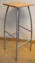 Barkrakk / barstol i grålakkert metall, sete i bjerk, 80cm sittehøyde, pent brukt