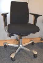 Kontorstol: Håg H05 5300 i sort, kryss i alugrått, swingback armlener, pent brukt