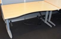 Kinnarps elektrisk hevsenk skrivebord i bjerk / grått, 160x90cm med magebue, brukt, riper i plate