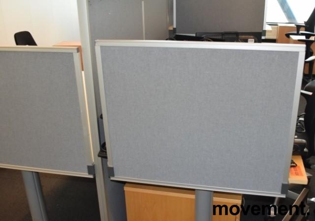 Kinnarps Rezon bordskillevegg i lys grå farge til kontorpult, 80cm bredde, 65cm høyde, pent brukt bilde 2