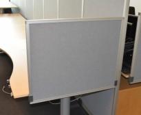 Kinnarps Rezon bordskillevegg i lys grå farge til kontorpult, 80cm bredde, 65cm høyde, pent brukt