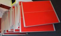 Kinnarps Rezon bordskillevegg i rød farge til kontorpult, 80cm bredde, 69cm høyde, pent brukt