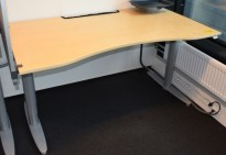 Kinnarps el. hevsenk skrivebord 160x90cm med magebue, kabelluke, pent brukt