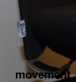 Kontorstol: Kinnarps 5000-serie i sort stoff / mesh, sort kryss, uten armlener, pent brukt bilde 2