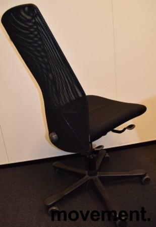 Kontorstol: Kinnarps 5000-serie i sort stoff / mesh, sort kryss, uten armlener, pent brukt bilde 3
