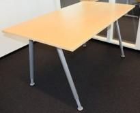 Kinnarps arbeidsbord i bjerk, grått understell, 140x80cm plate, pent brukt