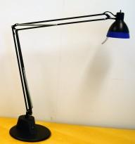 Skrivebordslampe: Luxo L2001 / H50 Classic Task Light, Sort / Blå, pent brukt