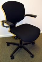 Savo Maxikon kontorstol i sort stoff med høy rygg og armlene, sort kryss med rød ring, pent brukt