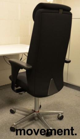 Savo XO HLN direktørstol, høy rygg, nakkepute og armlene, nytrukket i sort stoff, pent brukt bilde 2