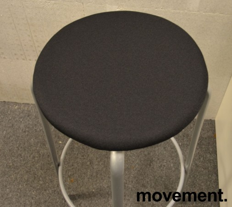 Kinnarps Frisbee barkrakk, NYTRUKKET i sort stoff, grått understell, 79cm sittehøyde, pent brukt bilde 2