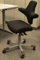 Ergonomisk kontorstol Håg Capisco med rett sete, nytrukket i sort stoff, NYTRUKKET / pent brukt
