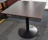 Kafebord med kvadratisk, brunsvart bordplate, 80x80cm, H=72,5cm, brukt