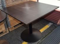 Kafebord med kvadratisk, brunsvart bordplate, 90x90cm, H=72,5cm, brukt