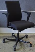 Kontorstol: Håg H04 4600 med høy rygg og armlene i sort, kryss i sort eller grått, pent brukt