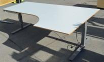 Skrivebord med elektrisk hevsenk fra EFG, lys grå plate, 200x120cm, høyreløsning, pent brukt