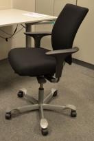 Håg H05 5400 kontorstol i sort, nytrukket, med swingback-armlener, pent brukt
