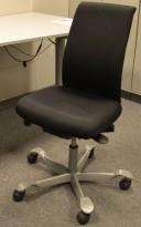 Kontorstol: Håg H05 5500 i sort stoff, grått understell, u/armlener, pent brukt