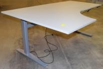 Elektrisk hevsenk skrivebord hjørneløsning i lys grå, 180x120, sving på v.s., pent brukt