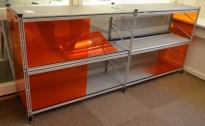 Caimi Socrate designskap / skjenk i grålakkert metall med skyvedører i orange plexi, 2H, bredde 195cm, pent brukt