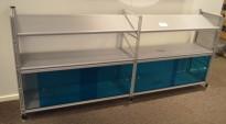 Caimi Socrate designskap / skjenk i grålakkert metall med skyvedører i blå plexi, 2H, bredde 195cm, pent brukt