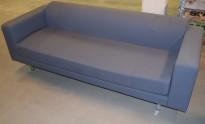 Loungesofa i grått fra Martela, ben i krom, 3seter, 244cm bredde, pent brukt - NB! Flekk i setet