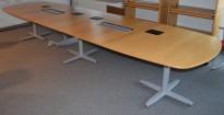 Møtebord fra Kinnarps i eik finer, føtter i grått, 440x120cm, passer for 14-16 personer, pent brukt