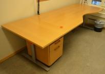Skrivebord med elektrisk hevsenk i bøk fra Svenheim, 260x100cm, mavebue, åent brukt