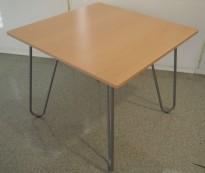 Loungebord fra EFG i bøk / alugrått stål, 60x62x50cm, Mongezi-serie, pent brukt