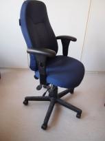 Kontorstol: Malmstolen i blått stoff, med armlener pent brukt