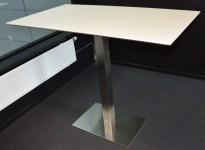 Ståbord / barbord med rektangulær, hvit plate, 130x70cm, samt understell i satinert stål, pent brukt