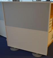 Skillevegg i hvitt / lys grått stoff, frittstående, 120x132cm, pent brukt
