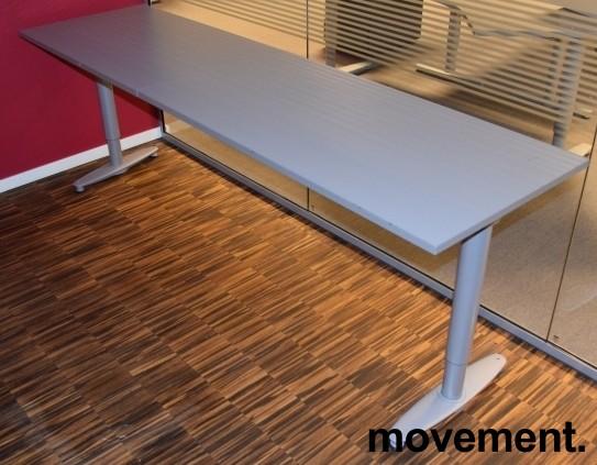 Avlastningsbord bredt printerbord igrått fra Kinnarps T serie, 220x60cm, pent brukt