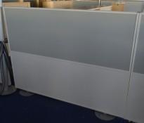 Skillevegg i hvitt / lys grått stoff, frittstående, 180x132cm, pent brukt