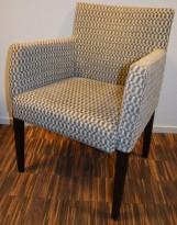 Loungestol / karmstol i mørkbeiset tre, trukket i mønstret stofftrekk, pent brukt