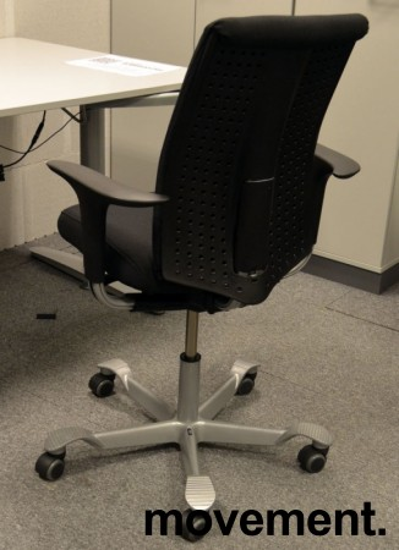 Håg H05 5500 kontorstol i sort, nytrukket, med swingbackarmlener, pent brukt bilde 2