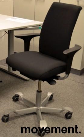 Håg H05 5500 kontorstol i sort, nytrukket, med swingbackarmlener, pent brukt bilde 1