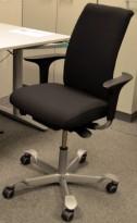 Håg H05 5500 kontorstol i sort, nytrukket, med swingbackarmlener, pent brukt