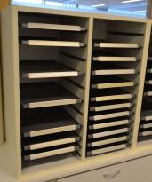 Posthylle / sorteringshylle i hvitt med 20 rom, bredde 64cm, høyde 73cm, for plassering på benk / bord e.l., pent brukt