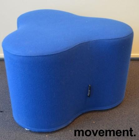 Morsom puff med organisk form fra Tacchini, Italia, modell Trifoglio i blått stoff, pent brukt bilde 1