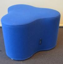 Morsom puff med organisk form fra Tacchini, Italia, modell Trifoglio i blått stoff, pent brukt