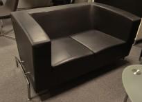 ForaForm Cox 2-seter sofa i sort skinn, bredde 150cm, design: Olav Eldøy, pent brukt