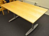 Kinnarps T-serie skrivebord i bjerk, 140x80cm, pent brukt