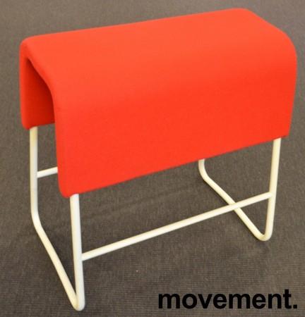 Materia Plint barpall / barkrakk i rødt stoff / hvitt, bredde 58cm, høyde 65cm pent brukt bilde 1