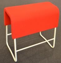 Materia Plint barpall / barkrakk i rødt stoff / hvitt, bredde 58cm, høyde 65cm pent brukt