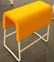 Materia Plint barpall / barkrakk i gult stoff / hvitt, bredde 58cm, høyde 65cm pent brukt